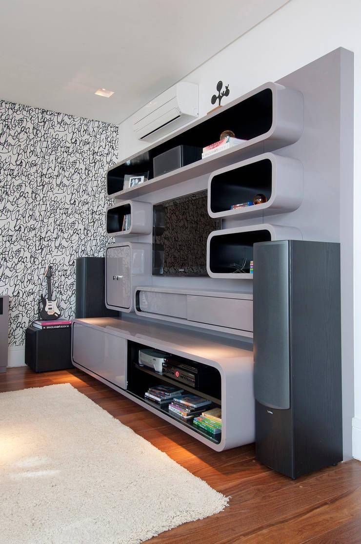 Casa Brooklin: Salas multimídia  por Figoli-Ravecca Arquitetos Associados