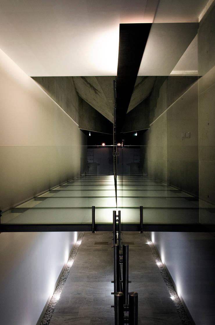 Casa Xafix / Arkylab Pasillos, vestíbulos y escaleras modernos de Oscar Hernández - Fotografía de Arquitectura Moderno
