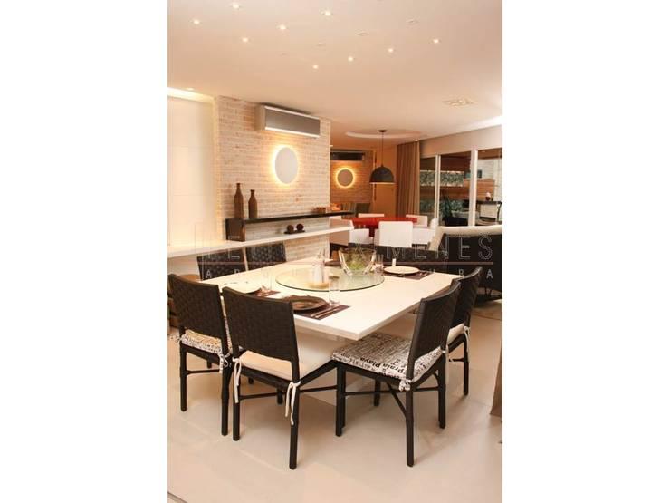 mesa quadrada branca, cadeiras pretas, iluminação: Salas de jantar modernas por LX Arquitetura