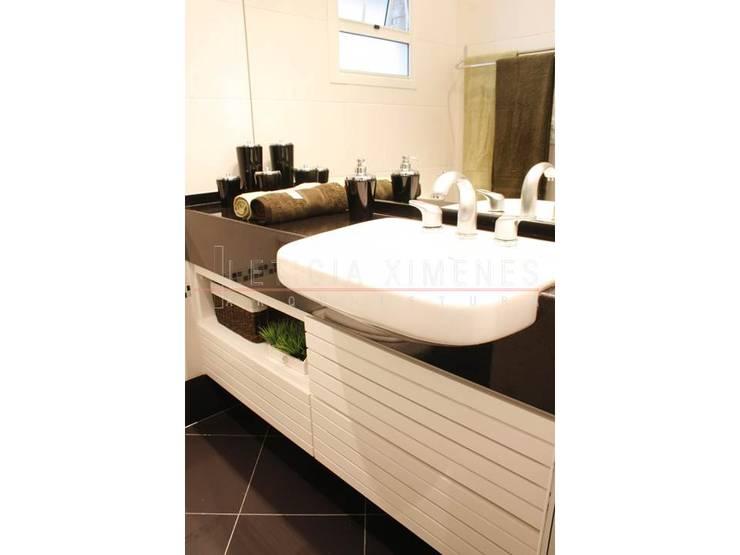 Cobertura praia: Banheiros modernos por LX Arquitetura