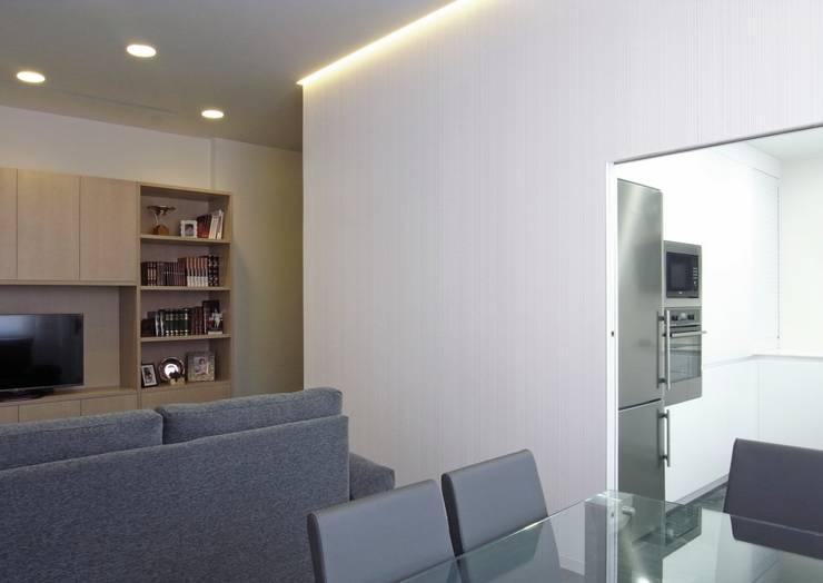 Taller transformado en vivienda: Salones de estilo moderno de Taller 582