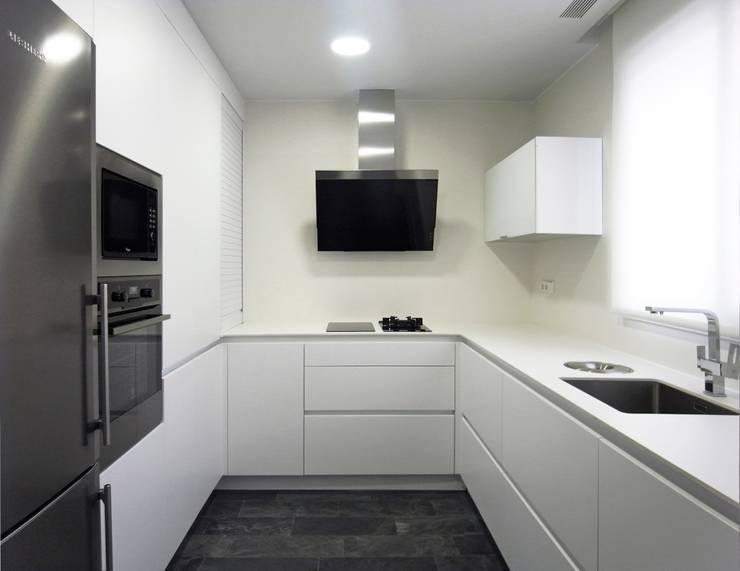 Taller transformado en vivienda: Cocinas de estilo moderno de Taller 582