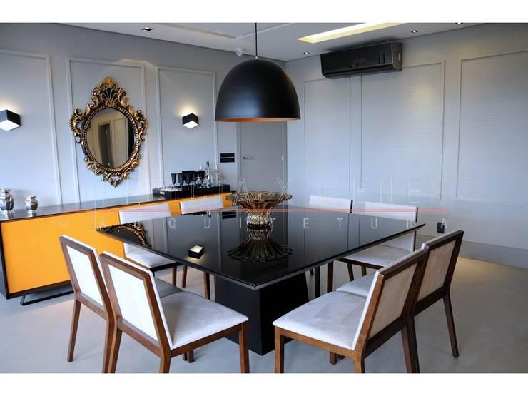 Sala de jantar, mesa preta, aparador amarelo, lustre fosco: Salas de jantar modernas por LX Arquitetura