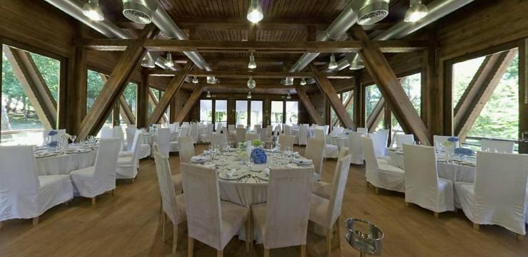 Interior do salão de eventos: Locais de eventos  por NORMA | Nova Arquitectura em Madeira (New Architecture in Wood)