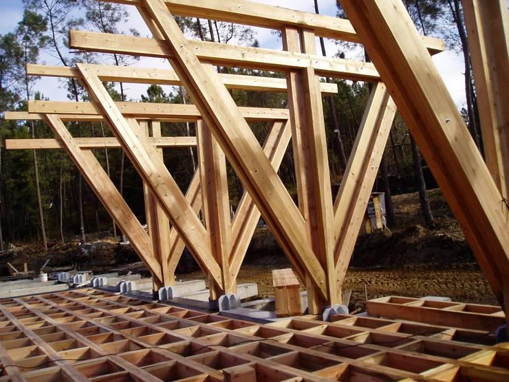 Construção do salão de eventos: Locais de eventos  por NORMA | Nova Arquitectura em Madeira (New Architecture in Wood)