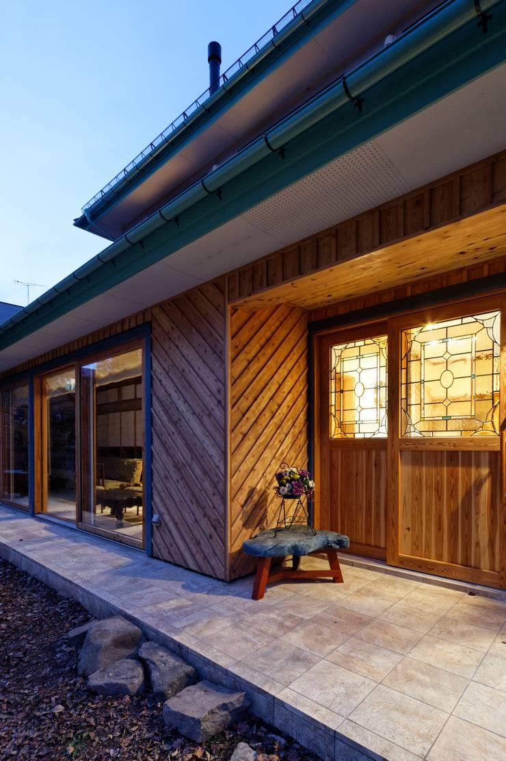 K邸 Renovation: 株式会社山崎屋木工製作所 Curationer事業部が手掛けた廊下 & 玄関です。,