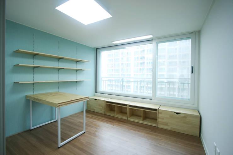 엄마만을 위한 공간과 넓은 주방_36py: 홍예디자인의  아이방