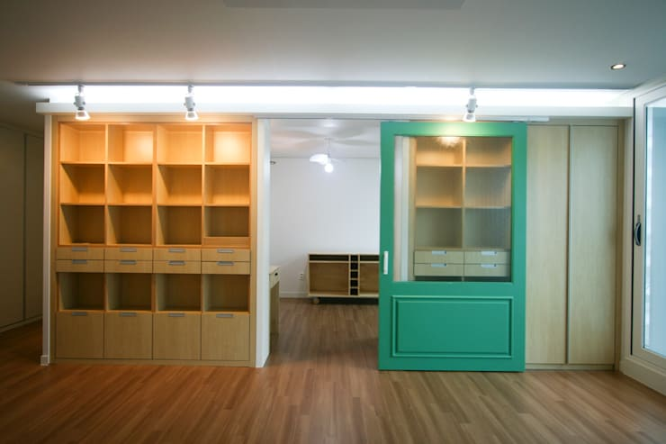 엄마만을 위한 공간과 넓은 주방_36py: 홍예디자인의  서재 & 사무실