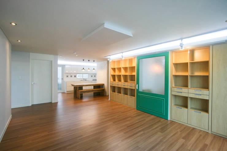 엄마만을 위한 공간과 넓은 주방_36py: 홍예디자인의  거실
