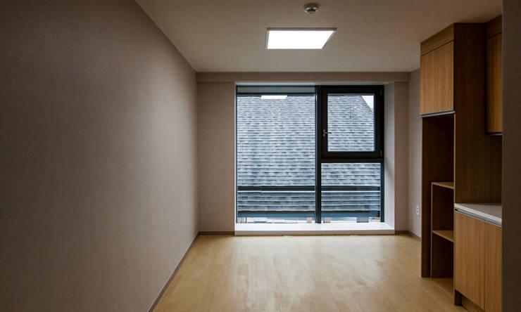 Dormitorios de estilo  por (주)나무아키텍츠 건축사사무소
