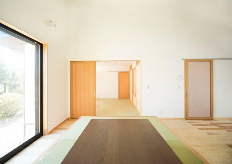 LDKと一体で使える和室: ナイトウタカシ建築設計事務所が手掛けたリビングです。,