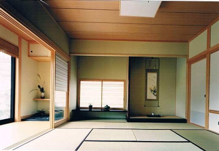 中庭に暮らすスペイン風パティオのある目白の家和室寝室: 株式会社 山本富士雄設計事務所が手掛けた寝室です。