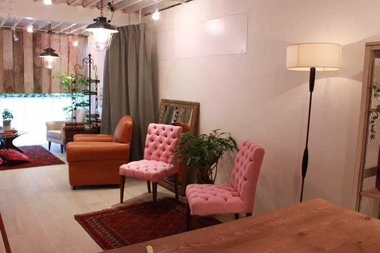Marilyn chairs Classic: (株)工房スタンリーズが手掛けた素朴なです。,ラスティック 綿 赤色