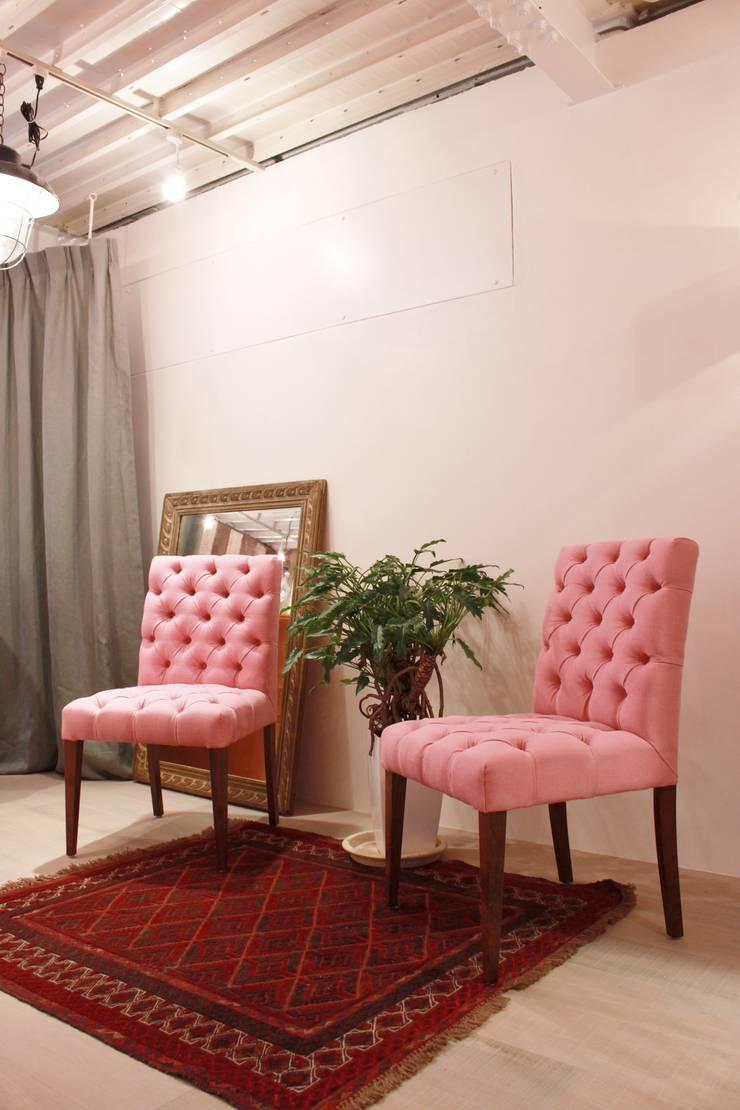 Marilyn chairs Classic: (株)工房スタンリーズが手掛けた折衷的なです。,オリジナル 綿 赤色