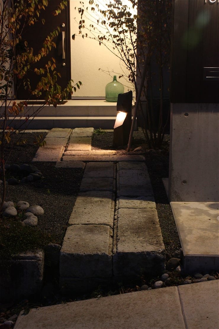 Jardines de estilo  de atelier shige architects /アトリエシゲ一級建築士事務所, Moderno Piedra