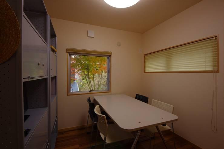 Salas multimedia de estilo  de atelier shige architects /アトリエシゲ一級建築士事務所, Moderno