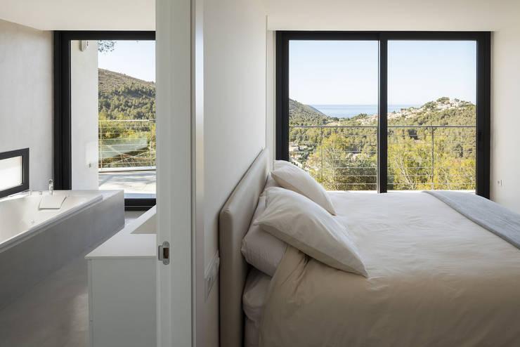 Camera da letto in stile  di sanahuja&partners