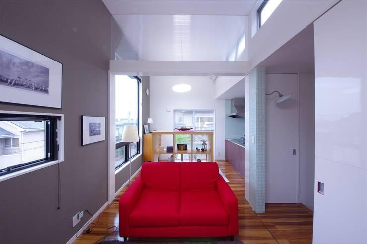 TOFUHOUSE ーコンパクトなシンプルハウスに住むという選択ー: atelier shige architects /アトリエシゲ一級建築士事務所が手掛けたリビングです。