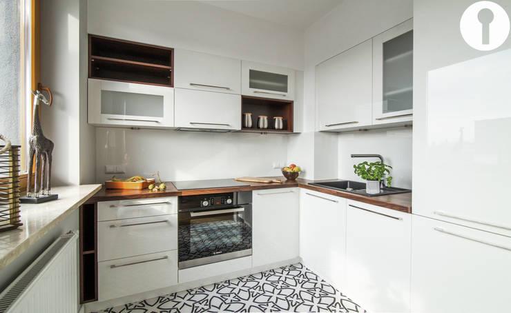 Nowoczesne mieszkanie : styl , w kategorii Kuchnia zaprojektowany przez Urządzamy pod klucz