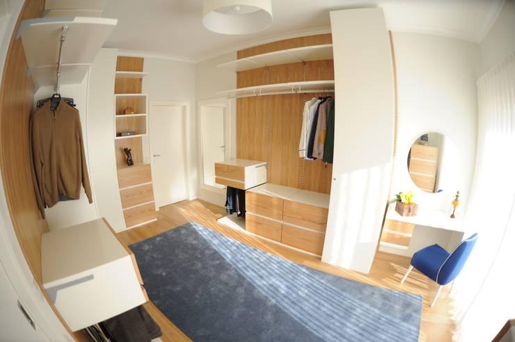 غرفة الملابس تنفيذ Atelier Ana Pereira Arquitetura e Decoração de Interiores