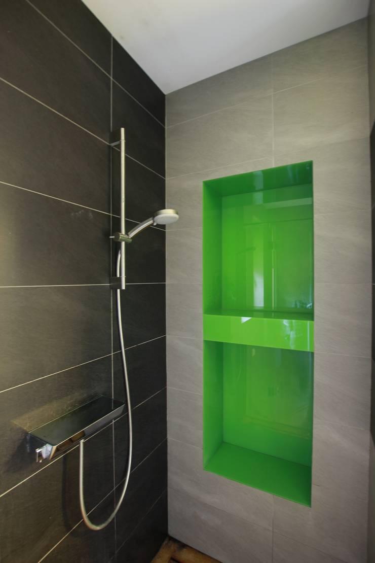 Łazienka z zielonym Lacobelem: styl , w kategorii Łazienka zaprojektowany przez FAJNY PROJEKT