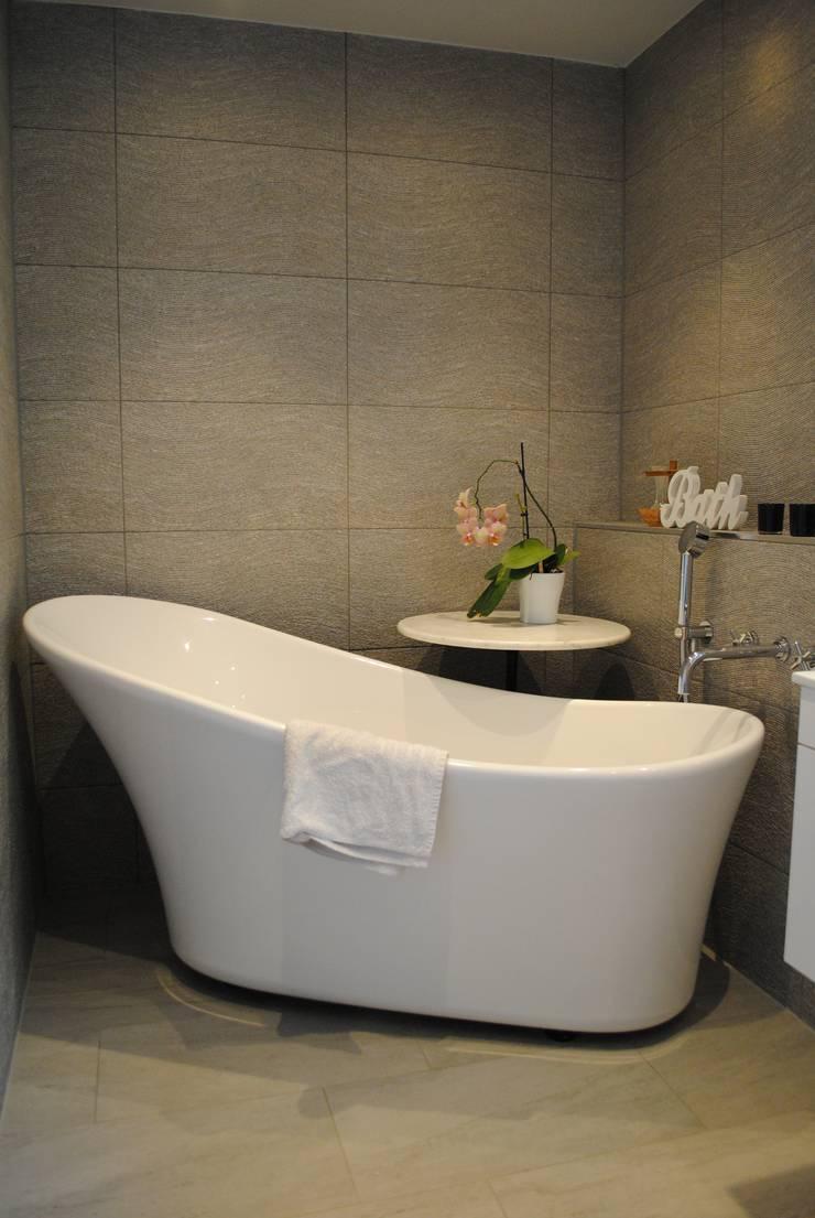 Ванные комнаты в . Автор – LA Hally Architect