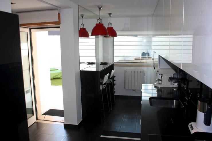 MORADIA PARK: Cozinhas  por ARQAMA - Arquitetura e Design Lda
