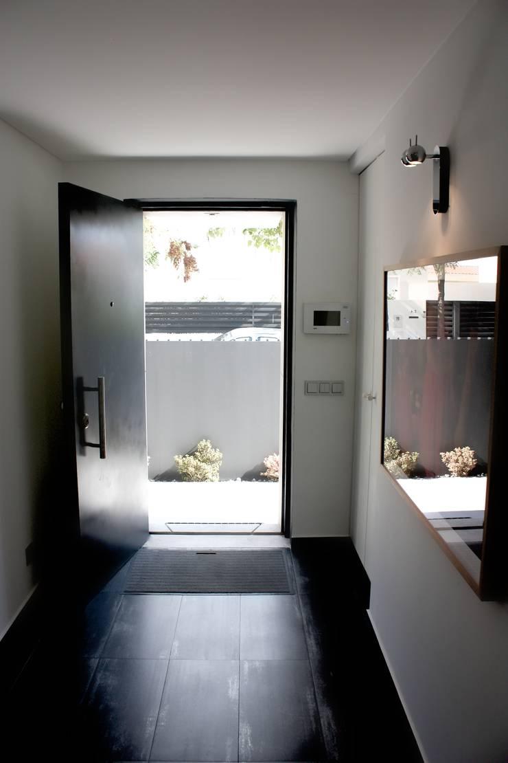 MORADIA PARK: Corredores e halls de entrada  por ARQAMA - Arquitetura e Design Lda