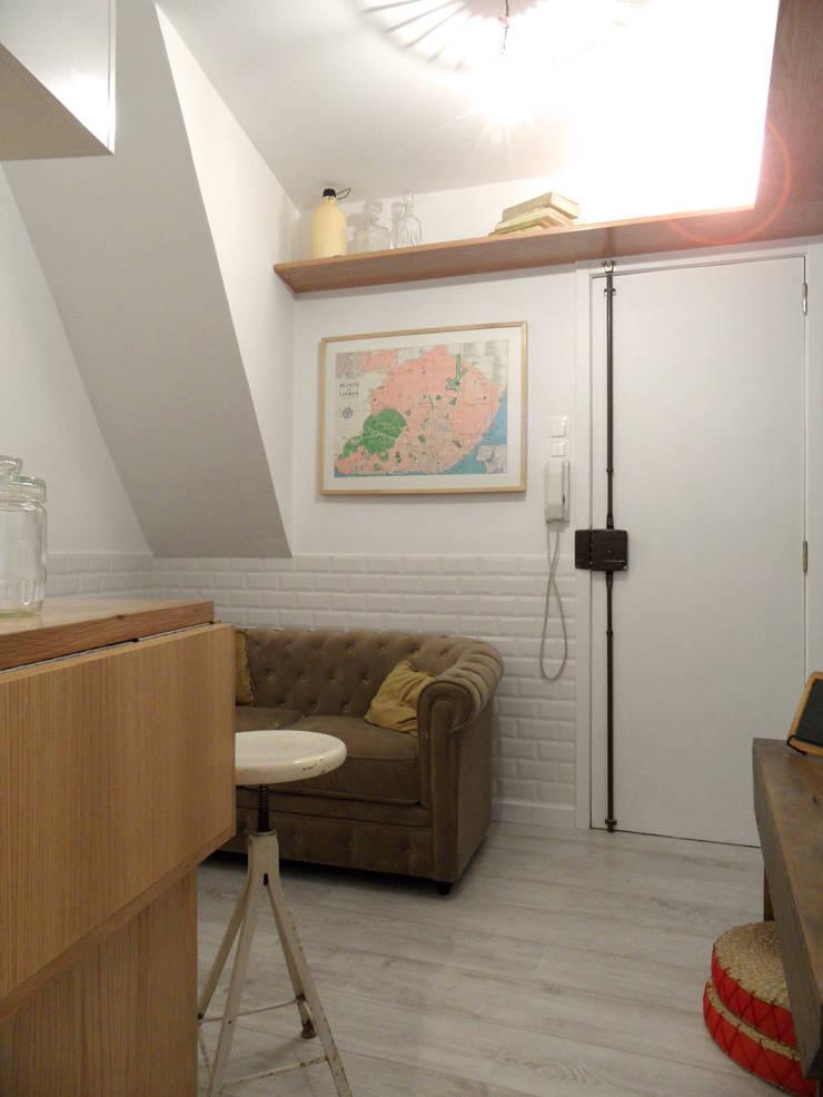 Remodelação T1 para Alojamento Local . Alfama: Salas de estar  por BL Design Arquitectura e Interiores