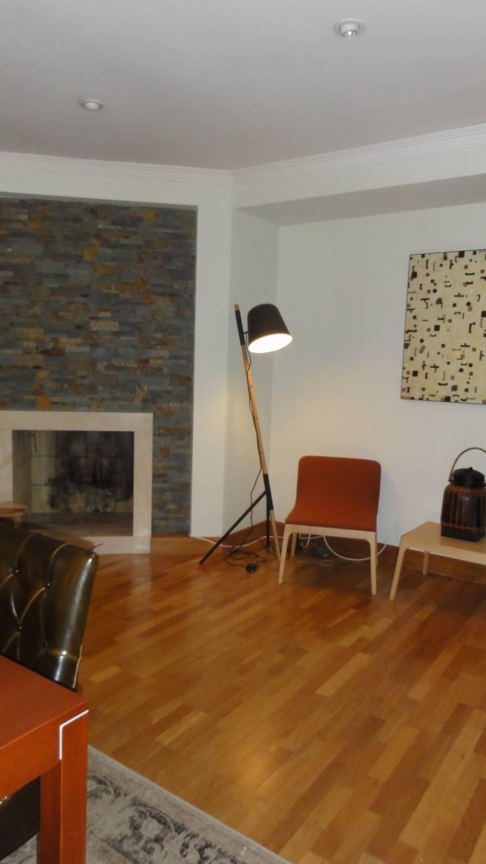 MORADIA  MÃE D`ÁGUA: Sala de estar  por ARQAMA - Arquitetura e Design Lda