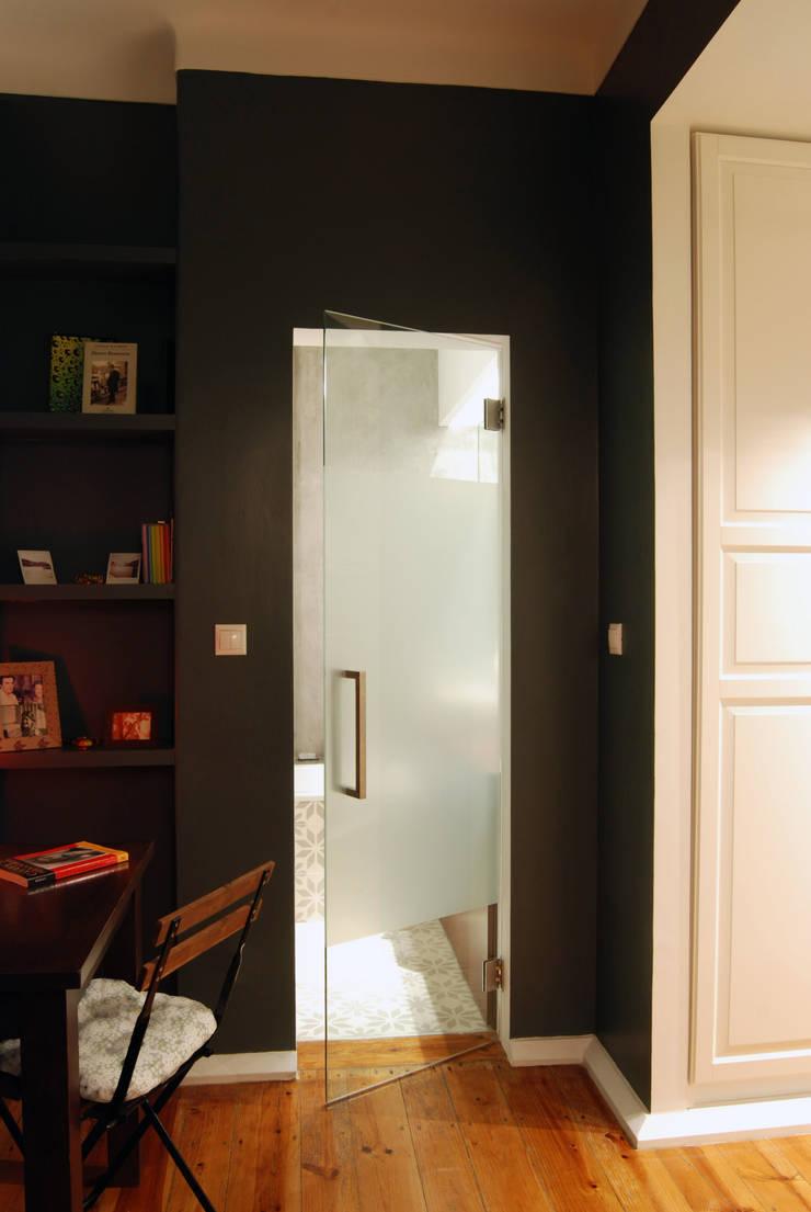 Remodelação T4 . Bairro de Alvalade, Lisboa: Closets  por BL Design Arquitectura e Interiores