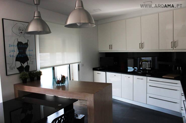 SCANDINAVIAN HOUSE PROJECT: Cozinhas  por ARQAMA - Arquitetura e Design Lda
