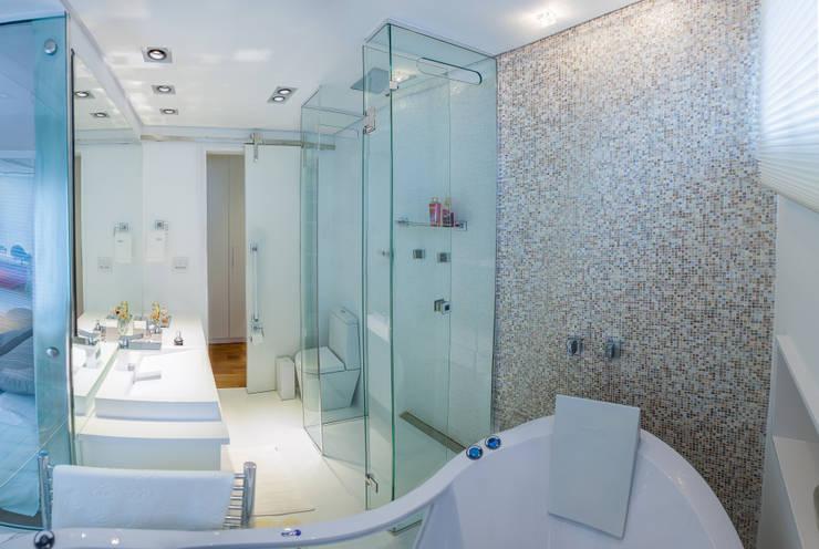 w.c suite: Banheiros  por Lilian Barbieri Interior Design