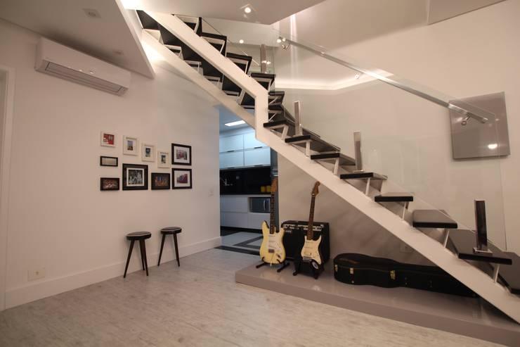 Corredores e halls de entrada  por Pricila Dalzochio Arquitetura e Interiores