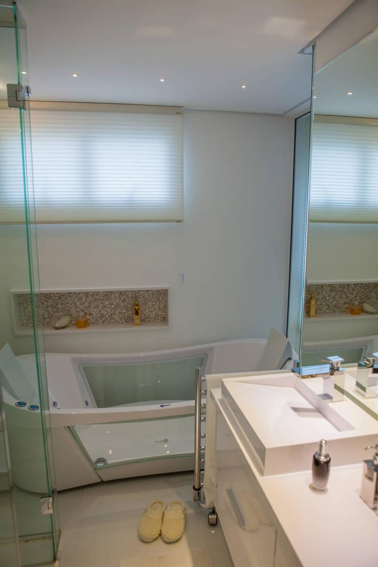 Conceito Loft: Banheiros  por Lilian Barbieri Interior Design