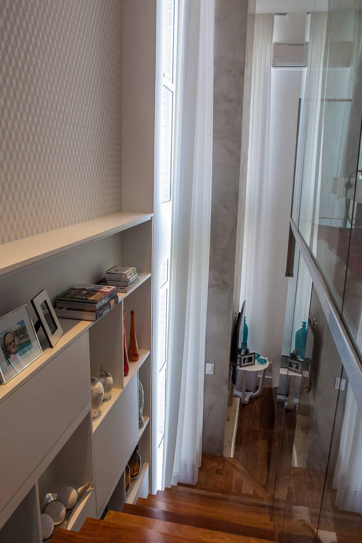 Escada: Corredores e halls de entrada  por Lilian Barbieri Interior Design
