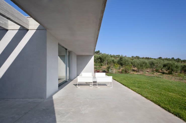 RESIDENZA PRIVATA: Case in stile in stile Mediterraneo di Osa Architettura e Paesaggio