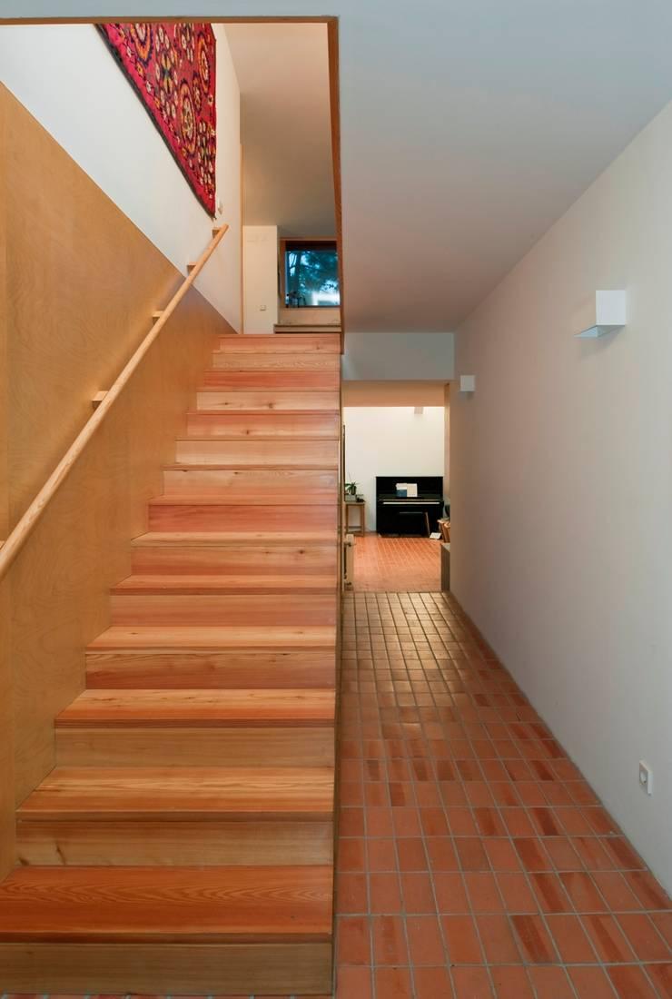 Casa Conde: Corredores e halls de entrada  por SAMF Arquitectos