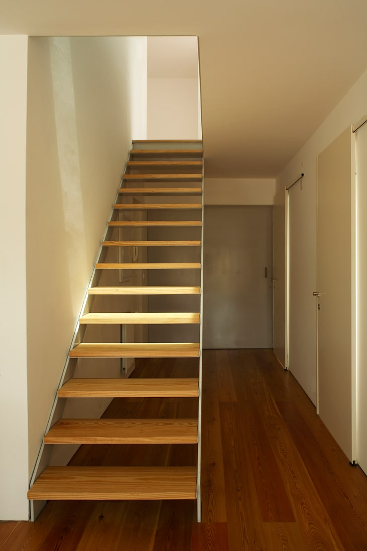 Casa GA: Corredores e halls de entrada  por SAMF Arquitectos