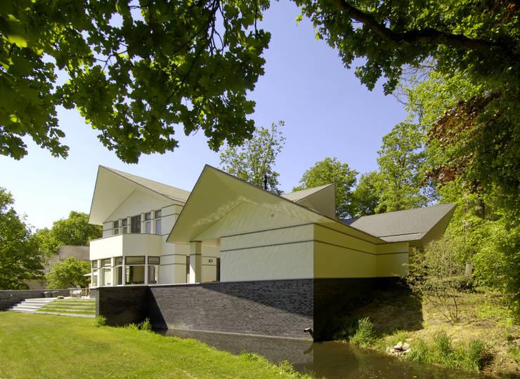 Luxe villa in Velp:  Huizen door Van Hoogevest Architecten