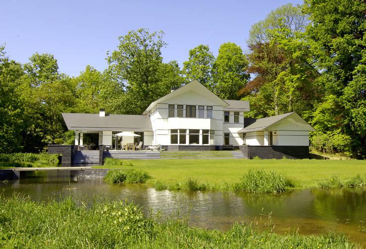 庭院 by Van Hoogevest Architecten, 現代風