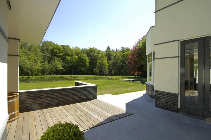 สวน โดย Van Hoogevest Architecten, โมเดิร์น