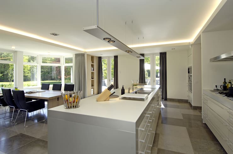 Luxe villa in Velp:  Keuken door Van Hoogevest Architecten
