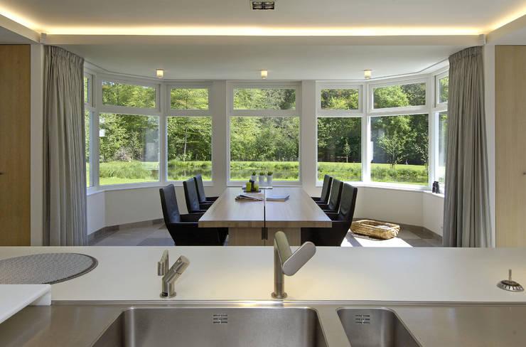 Luxe villa in Velp:  Eetkamer door Van Hoogevest Architecten