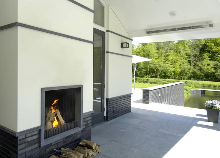 Terrasse von Van Hoogevest Architecten, Modern
