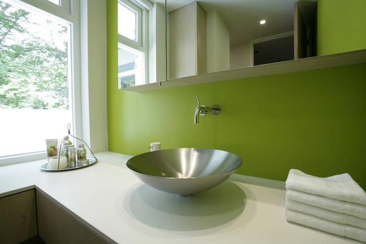 Luxe villa in Velp:  Badkamer door Van Hoogevest Architecten