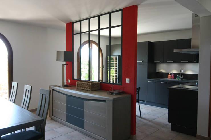 verrière en séparartion cuisine salle à manger:  de style  par C'LID Intérieure