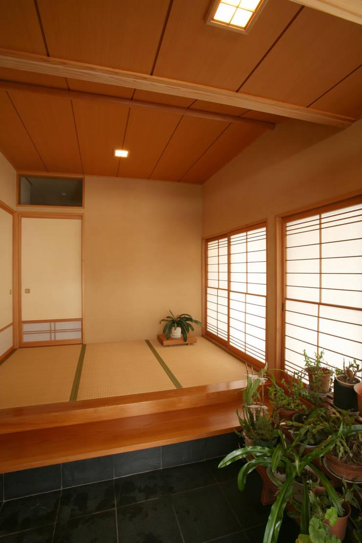 玄関 (タタミ敷玄関ホール) モダンスタイルの 玄関&廊下&階段 の 吉田設計+アトリエアジュール モダン