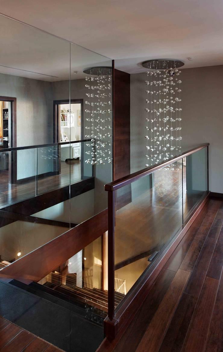 Дом в лесу: Балкон, веранда и терраса в . Автор – Хандсвел