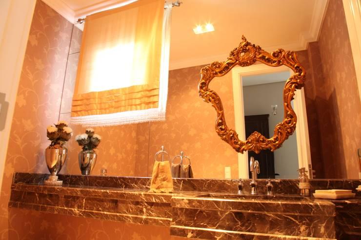 Residencia Condomínio Villa Benvenutti: Banheiros  por Claudia Pereira Arquitetura,